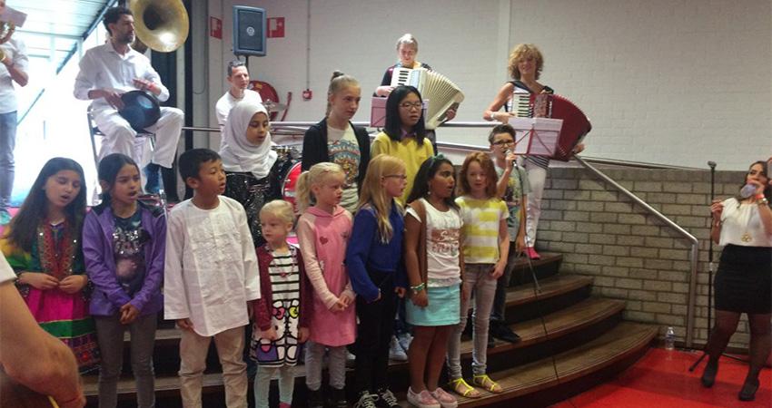Schoolkinderen zingen Meertalig